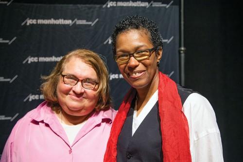 Sharon Salzberg (à gauche) et la Rév. Angel Kyodo Williams (à droite). Cette exploration des relations entre pratique spirituelle et activisme politique s'est tenue au Centre de la Communauté Juive de Manhattan. Cet évènement a été sponsorisé par l'Institut Garrison.