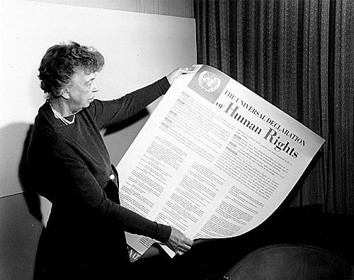 Eleanor Roosevelt regardant la déclaration universelle des droits humains comme son plus grans accomplissement.