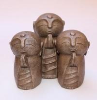 Trois jizos en prière